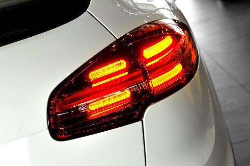 Achterlichten op de auto zijn altijd rood