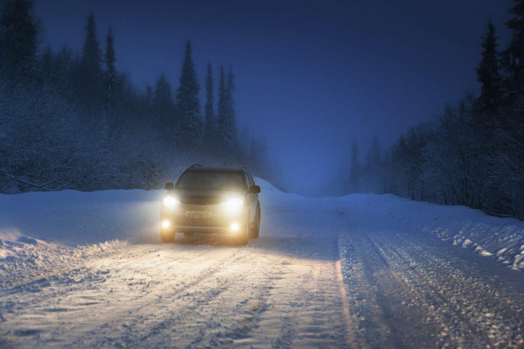 Verschillende soorten autolichten in de sneeuw